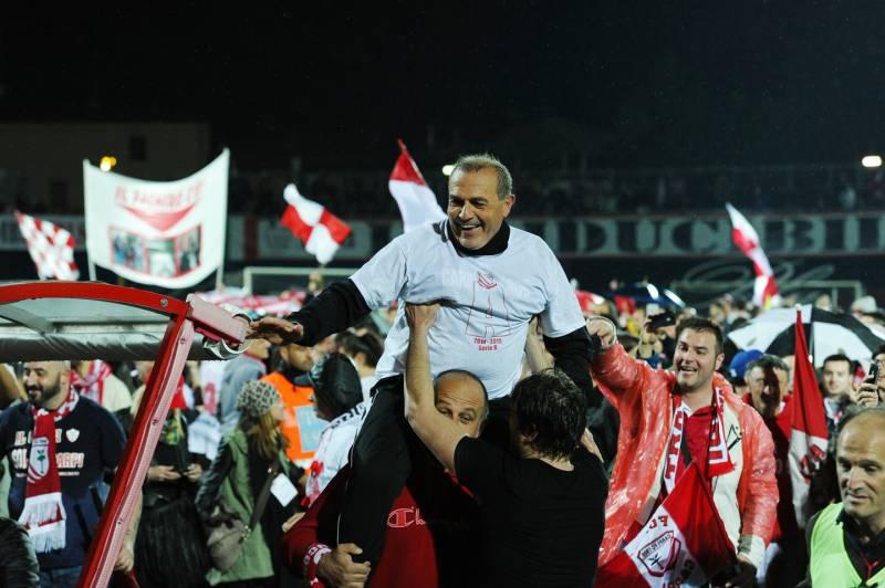 Fabrizio Castori portato in trionfo dai biancorossi, per la promozione. Ma alcuni artefici partono dalla panchina