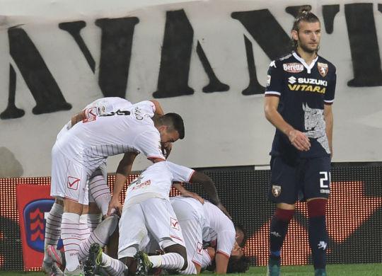 Matos festeggiato dai compagni: 2-0 per il Carpi