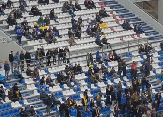 Le caratteristiche parrucche gialle dei tifosi del Chievo durante la gara con il Sassuolo