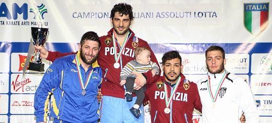 L'ultima vittoria del campione olimpico Andrea Minguzzi. E' al centro, con la coppa