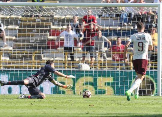 Il gol di Dzeko (Giorgio Benvenuti/ansa)