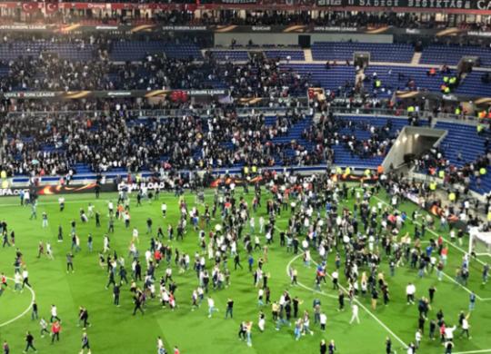 Tifosi francesi in campo per sfuggire ai disordini (tuttosport.com)