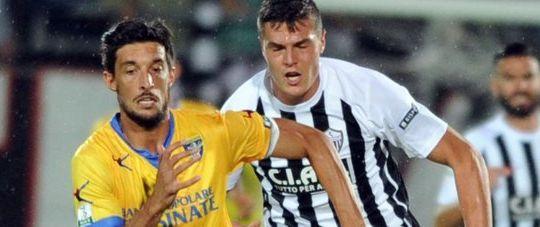 Lorenzo Ariaudo difensore del Frosinone e Andrea  Favilli attaccante dell'Ascoli (Lapresse-Fanini)