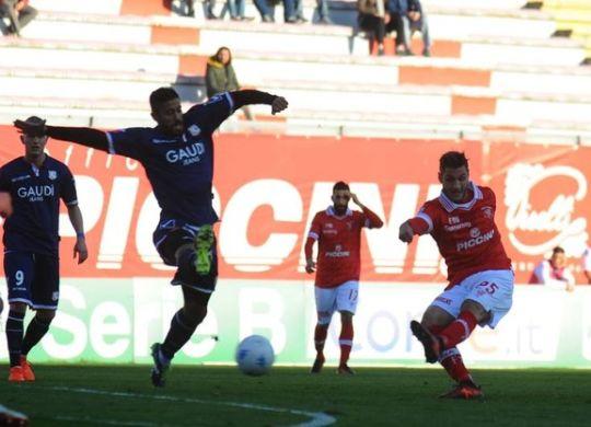 Il tiro di Bandinelli per il 2-0 di Perugia-Parma (lapresse)