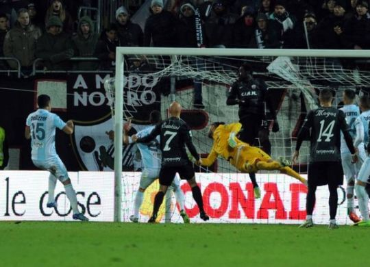 Il gol di Aramu per il pari dell'Entella ad Ascoli (quotidiano.net/lapresse)