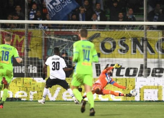 Il gol di Jallow per il momentaneo pareggio del Cesena (immagini.quotidiano.net/lapresse)