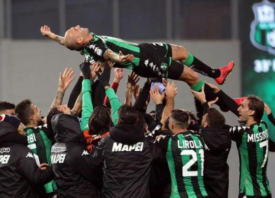 Paolo Cannavaro festeggiato dai compagni (ansa/Elisabetta Baracchi)