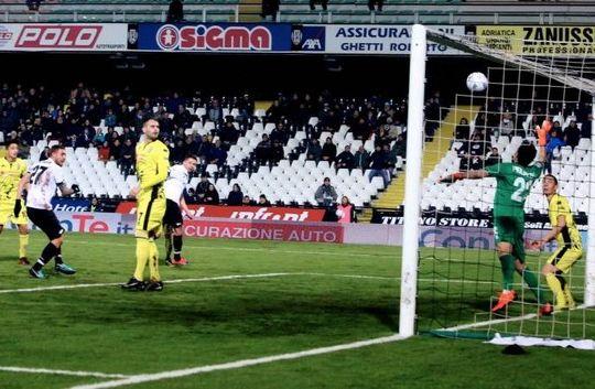 Il gol di Di Noia per il primo vantaggio del Cesena (immagini.quotidiano.net/Ravaglia)