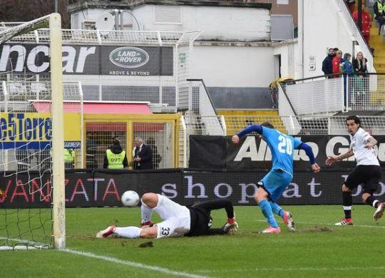 Il gol di Kupisz in Spezia-Cesena (immagini.quotidiano.net/lapresse)