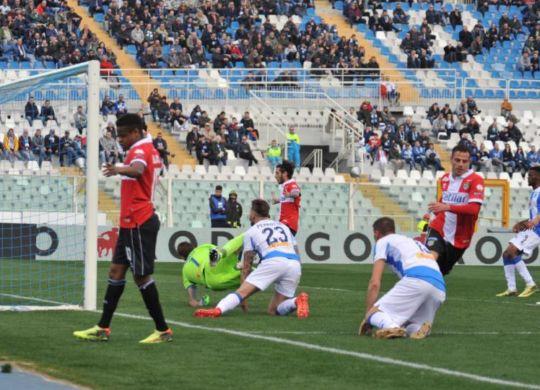 Il primo gol del Parma a Pescara segnato da Calaiò (Lapresse/Fabio Urbini)