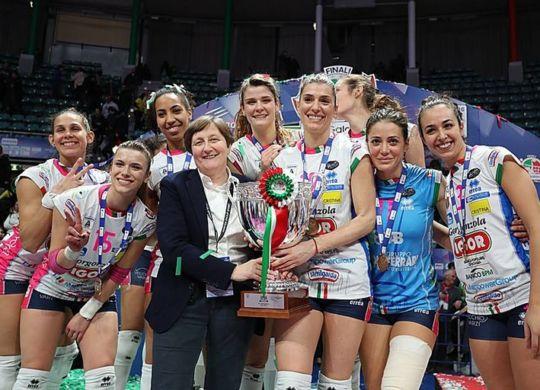 Suor Giovanna Saporti con le ragazze della Igor volley Novara vincitrici della coppa Italia (canosaweb.it)
