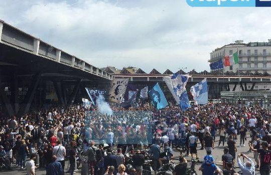 In 5000 hanno salutato il Napoli alla stazione in partenza per Firenze (calcionapoli 24.it)