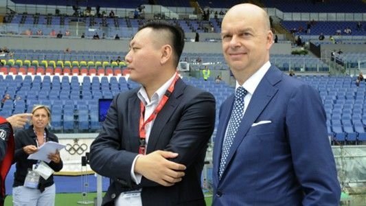 L'ad del Milan Marco Fassone con Han Li (goal.com)