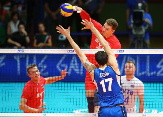 Dmitrij Muserskiy infrange il muro Anzani (volleyball.it)