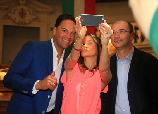 Alicia Rickter con il marito Mike Piazza e il sindaco Luca Vecchi al loro arrivo a Reggio (gazzettadireggio.gelocal.it)