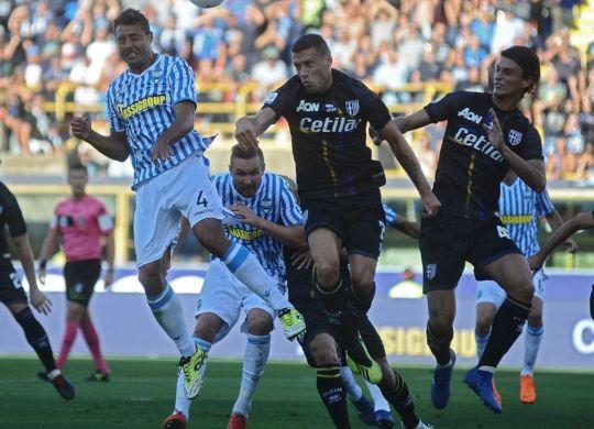Un colpo di testa di Thiago Cionek durante Spal-Parma (goal.com)