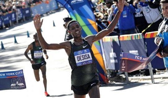Il vincitore Lelisa Desisa taglia il traguardo (ansa/repubblica.it)