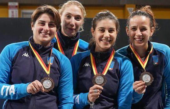 La squadra della sciabila femminile sul podio (federscherma.it/Bizzi)